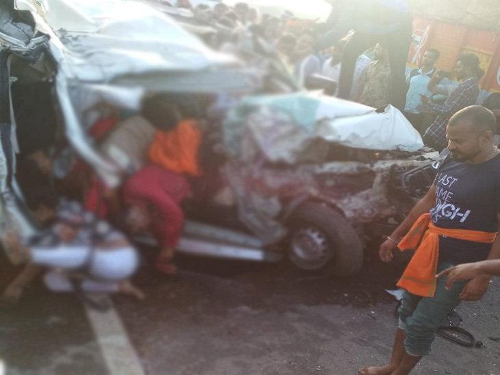 Photo of छत्तीसगढ़ /बस को ओवरटेक कर रही स्कॉर्पियो ट्रक से भिड़ी, एक परिवार के 10 लोगों की मौत